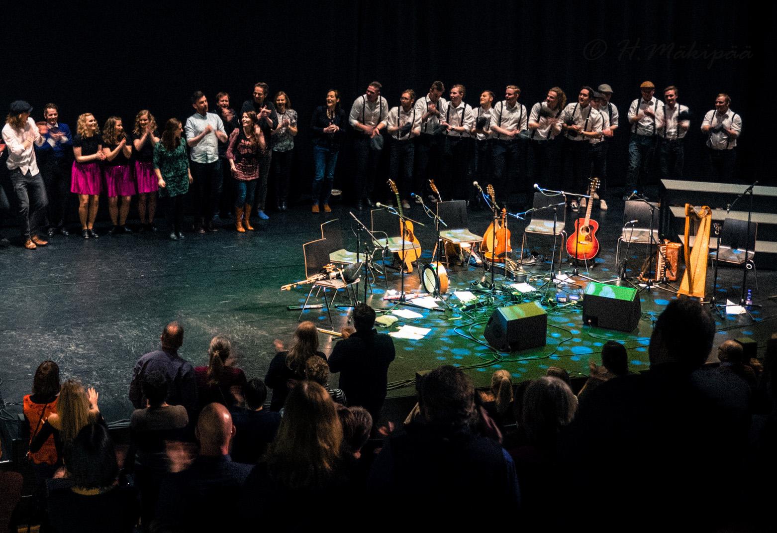 Kangasala Irish Festivalin 2018 päätöskonsertissa esiintyjät kiittävät ja yleisö osoittaa suosiotaan Kangasala-salin lavalla.