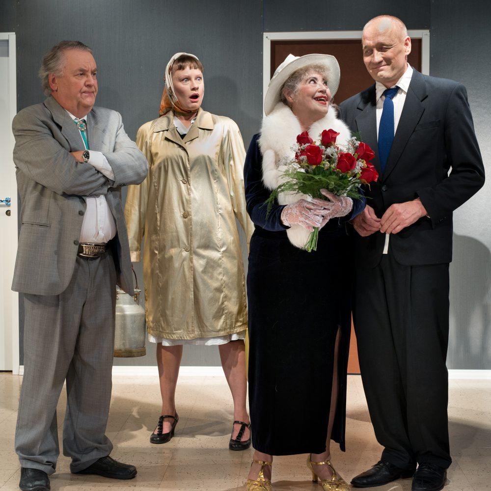 Mika Waltarin komedia Myöhästynyt hääyö Kangasala-talossa.