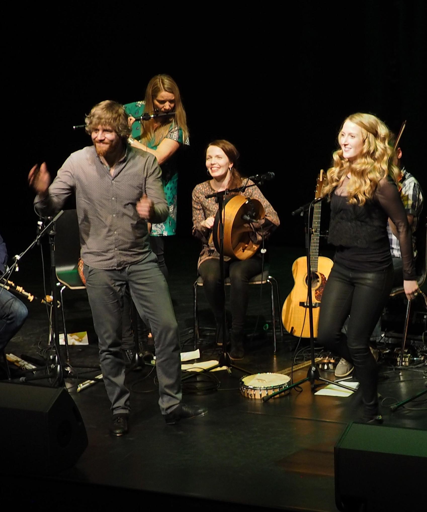 Eala-yhtye esiintyy irlantilaisten muusikkovieraiden kanssa Kangasala-talossa Kangasala Irish Festivalilla. Kuva: Harri Mäkipää.