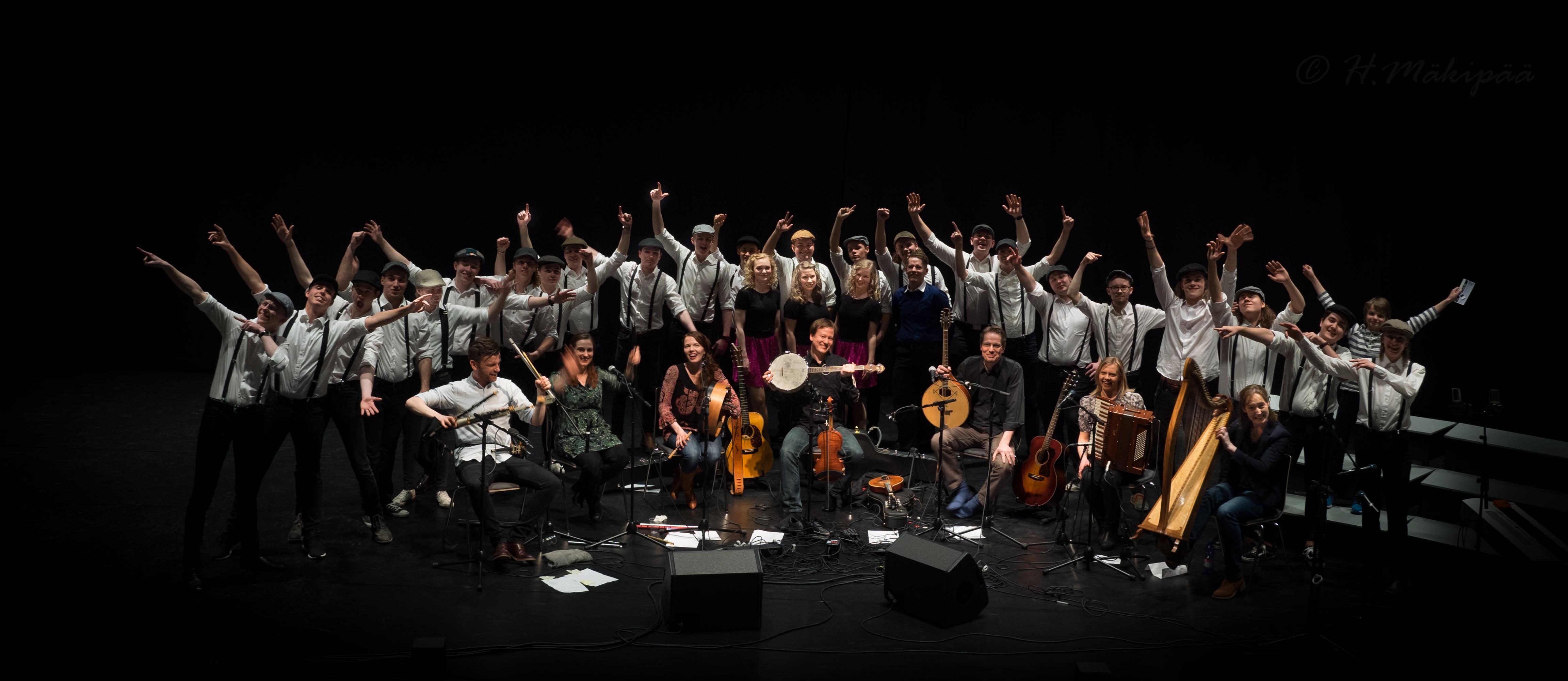 Eala, irlantilaiset muusikkovieraat ja Mieskuoro Testostenorit Kangasala Irish Festivalilla Kangasala-talossa. Kuva: Harri Mäkipää