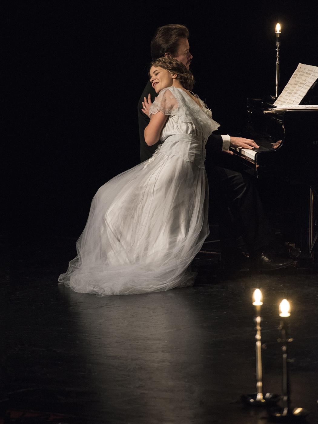 Saaristo-oopperan Tähtiin Kirjoitettu -draamallinen konsertti kertoo Alma ja Toivo Kuulan elämästä.