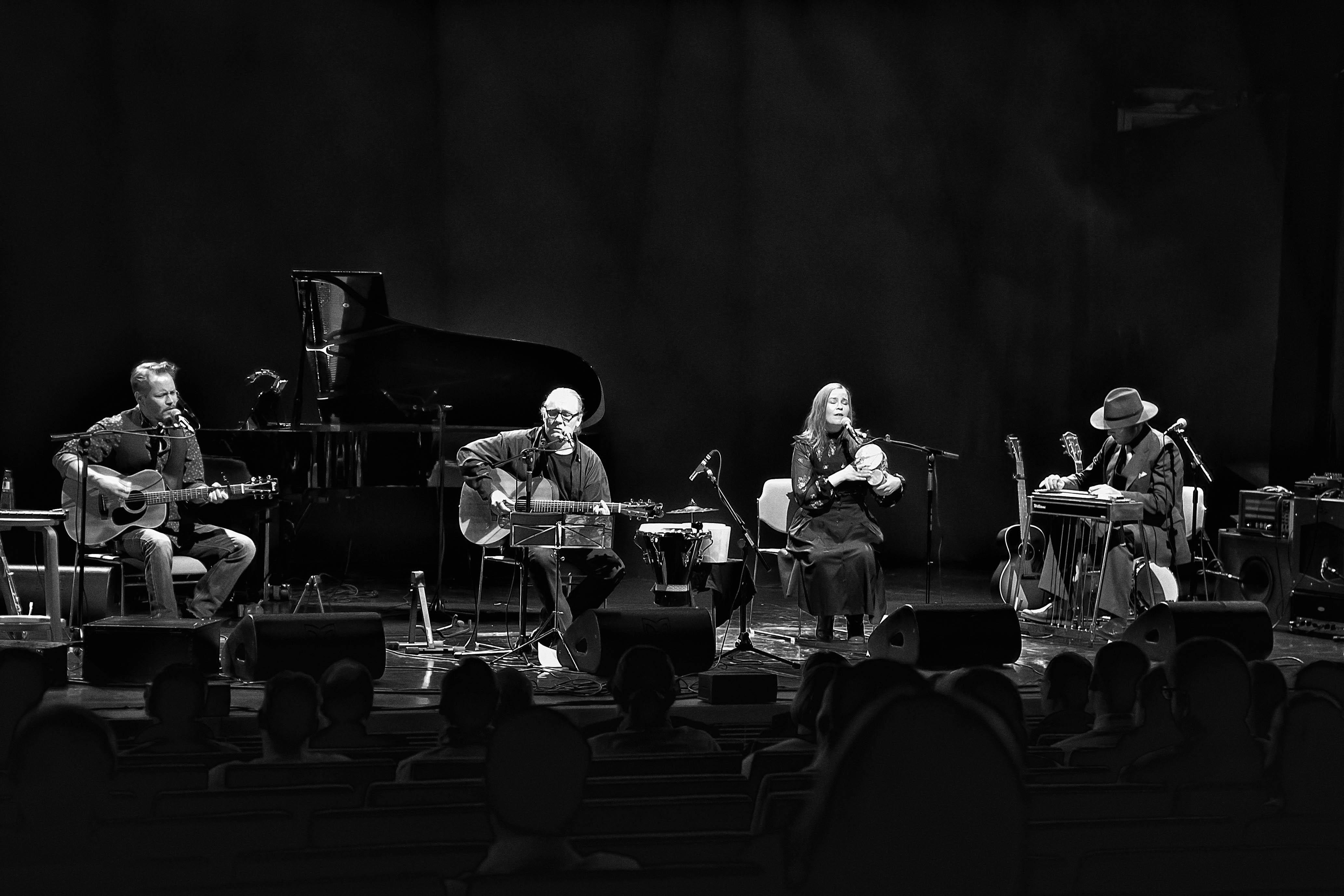 Edu, Mika ja Iivanaiset esittävät yhdessä omia kappaleitaan sekä myös huolella valikoimiaan lainakappaleita Kangasala-talossa toukokuussa 2020.
