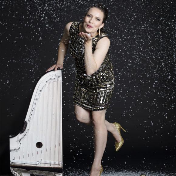 Moderni popkanteletar ja kultaisella lauluäänellään hurmaava laulaja–lauluntekijä Ida Elina saapuu konsertoimaan Kangasala-taloon joulukuun 12. päivä.