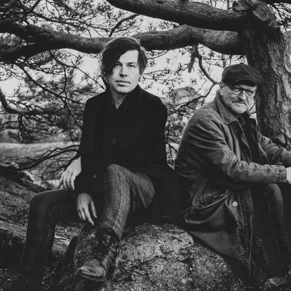Toivottu kirjailija-terapeutin ja laulaja-lauluntekijän yhteiskiertue saa jatkoa Kangasala-talossa. Tommy Hellsten ja Tommi Kalenius saavat seurakseen Tommin kanssa yhteisalbumin julkaisseen Ninni Poijärven.