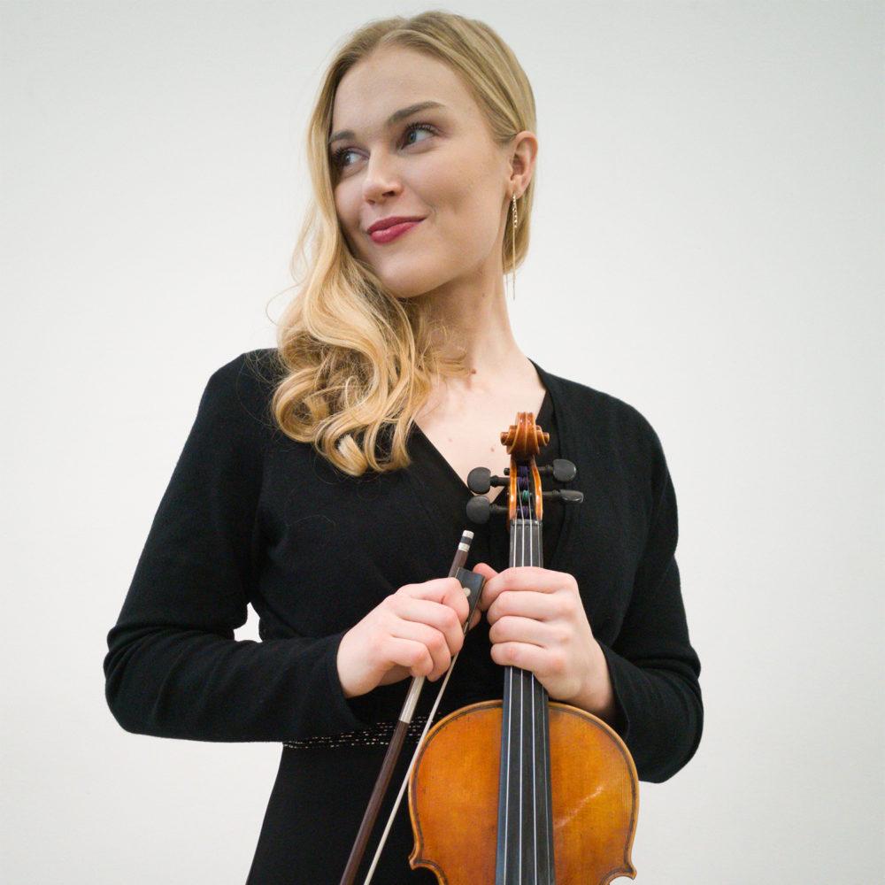 Tampereen Kamarimusiikkiseuran orkesteri solisteina viulistit Riikka Marttila ja Johanna Mattila esiintyy Kangasala-talossa toukokuussa 2020.
