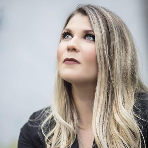 Katri Ylander levynjulkaisukiertueella Kangasala-talossa 11.11.2020.