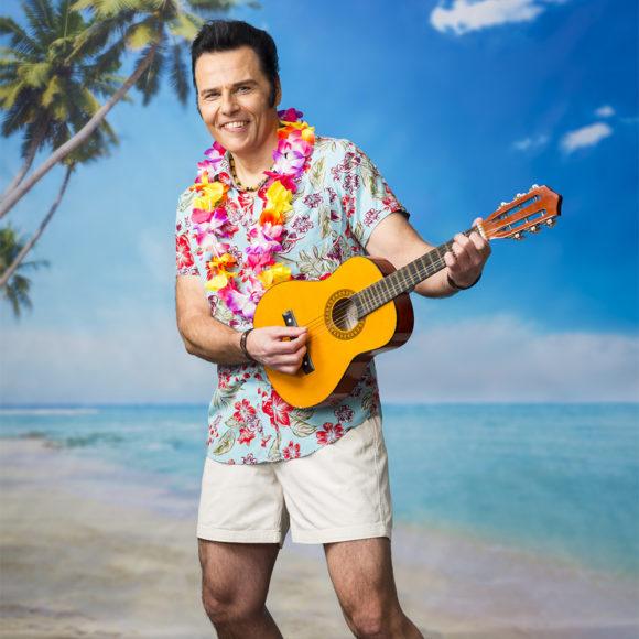 Aron & Cool Company kuljettaa kuulijansa Hawaijin lämpöön Elviksen mukaansatempaavan musiikin siivittämänä Kangasala-talossa lokakuussa 2020.
