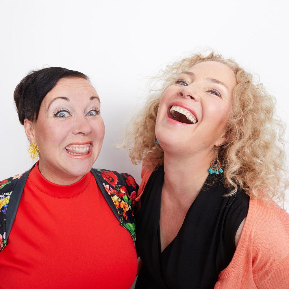 Miia Nuutila ja Pauliina Hukkanen hauskuuttavat suositun Terapian tarpeessa -komedian jatko-osassa Kangasala-talossa marraskuussa 2020.