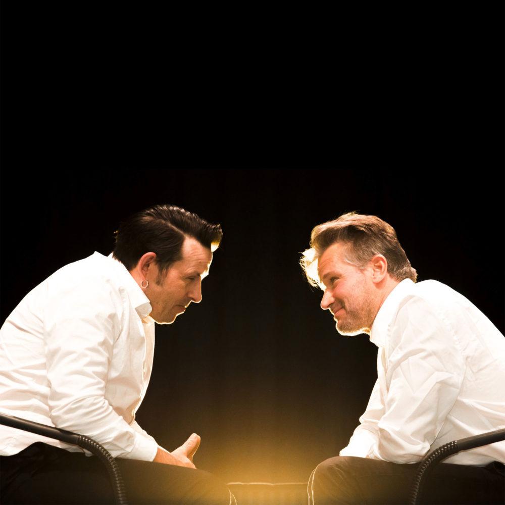 """Mel Smithin ja Griff Rhys Jonesin legendaarisista """"Head to head""""-keskusteluista koostettu kulttiklassikko ensimmäistä kertaa näyttämöllä suomeksi."""