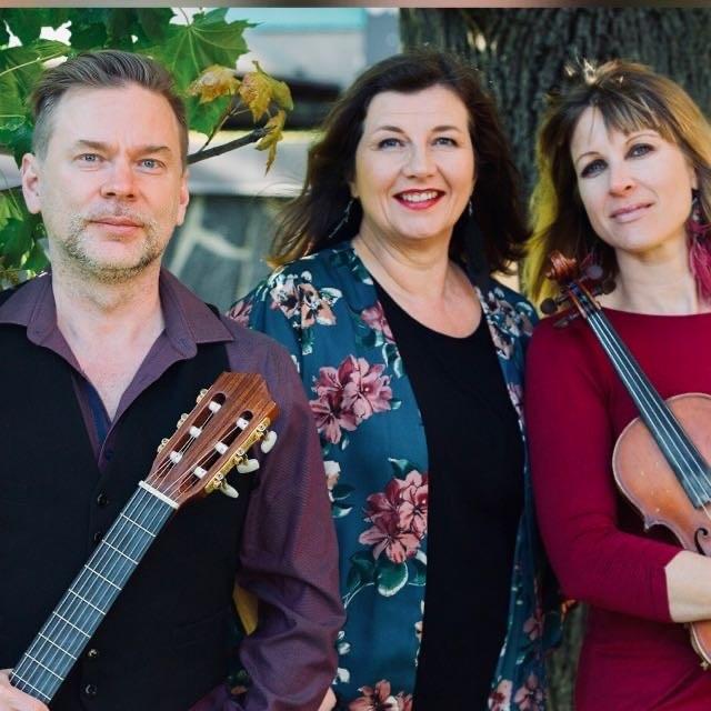 Trio Kaipuu -yhtye esittää rakastettuja suomalaisen kevyen musiikin klassikoita Kangasala-talossa 29.4.2021.
