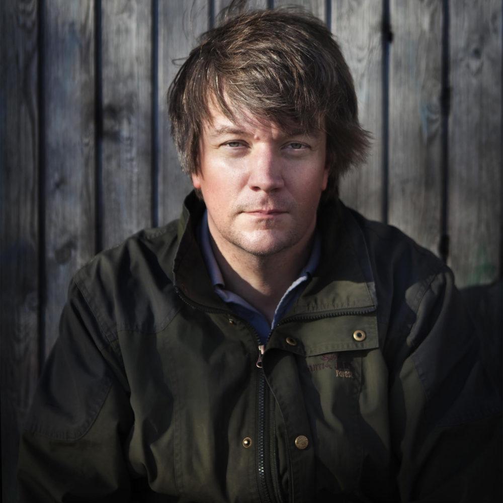 Juha Repo siivittää historioitsija Teemu Keskisarjan Talvisota-aiheista kerrontaa teemaan sopivalla musiikillaan Kangasala-talossa 12.3.2021.