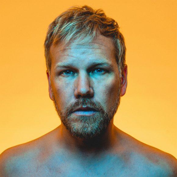 Sunrise Avenue -yhtyeestä ja SuomiLOVE-ohjelmasta tuttu Osmo Ikonen esiintyy Kangasala-talossa 3.9.2021.