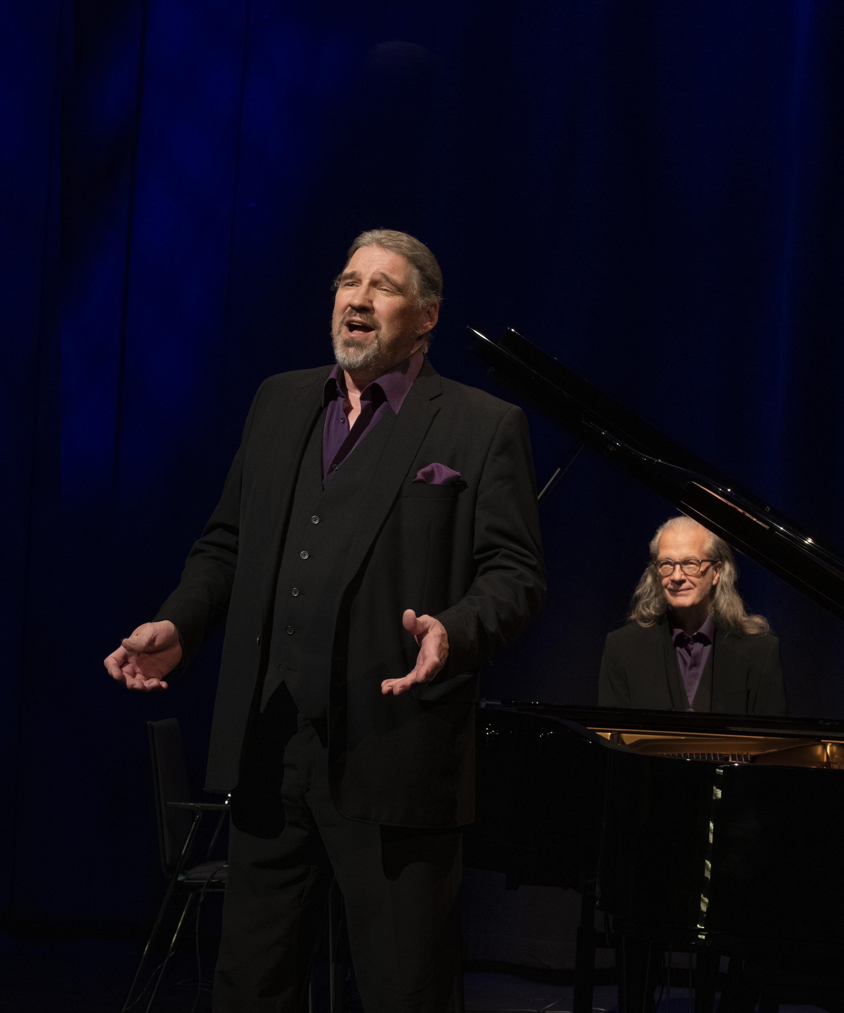 Pentti Hietanen esittää Lasse Heikkilän ikivihreitä ja uunituoreita lauluja säveltäjämestarin johtaman orkesterin säestyksellä levynjulkaisukonsertissa Kangasala-talossa 19.10.2021.