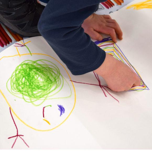 Tenavatuokio on lasten oma toiminnallinen opastus Jussi TwoSevenin All Is One -näyttelyssä Kimmo Pyykkö -taidemuseossa kesällä 2020.
